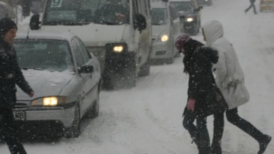 Снегът затруднява движението в София