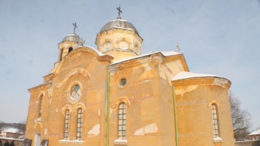 Църквата в село Бисер в деня на погребението