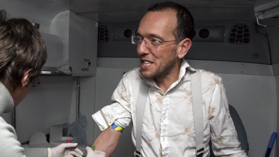 Дим Дуков си прави бърз тест за ХИВ/СПИН в мобилен кабинет през 2008 г.