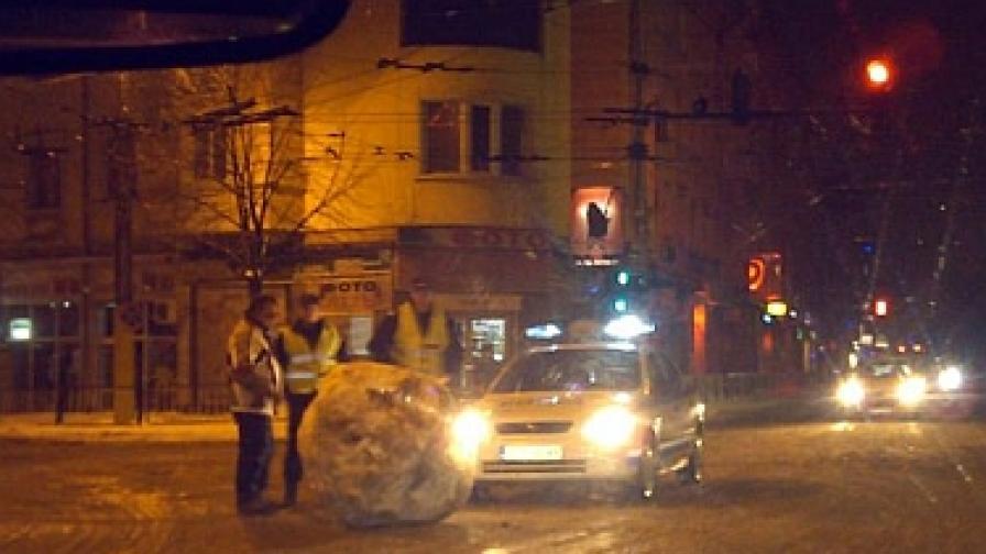 Огромна снежна топка на кръстовище в Казанлък