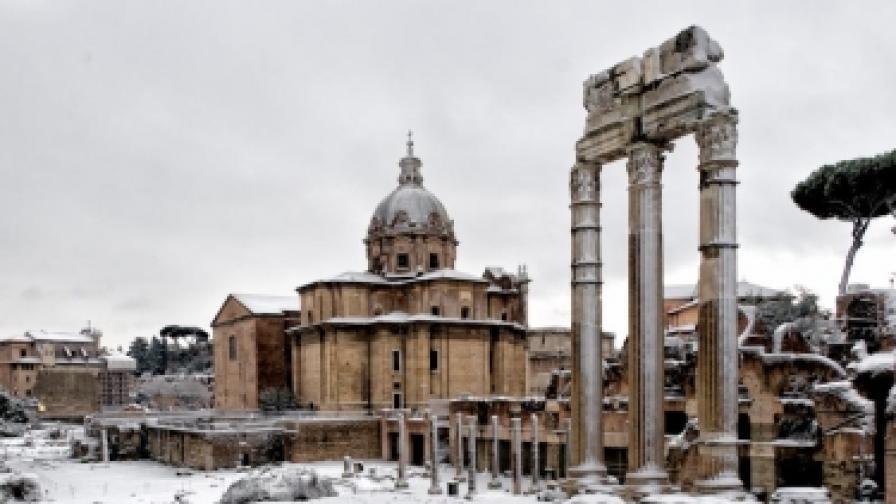 Улици и древни старини покрити със сняг - крайно необичайна картина за италианската столица