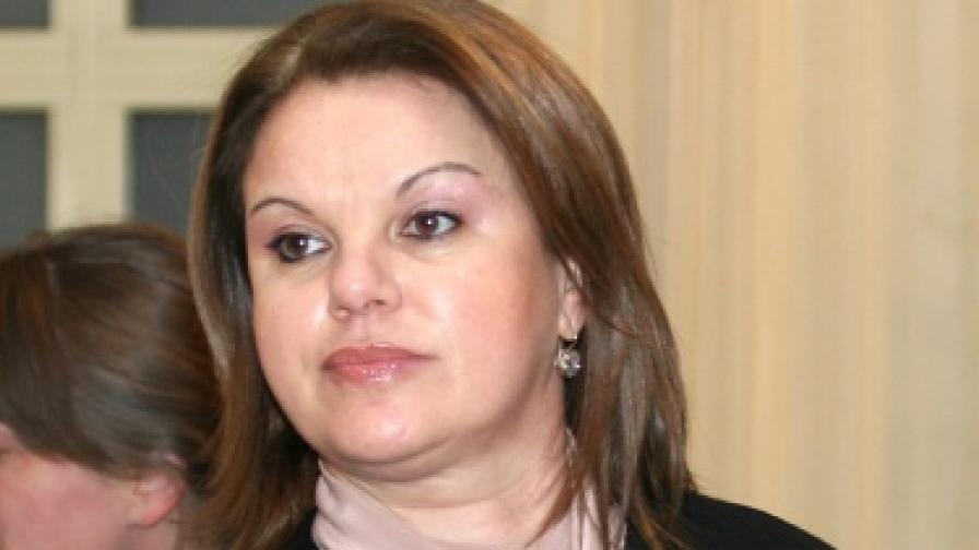 Обвиняват шефката на НЗОК за десетки хиляди лева бонуси, тя отрича
