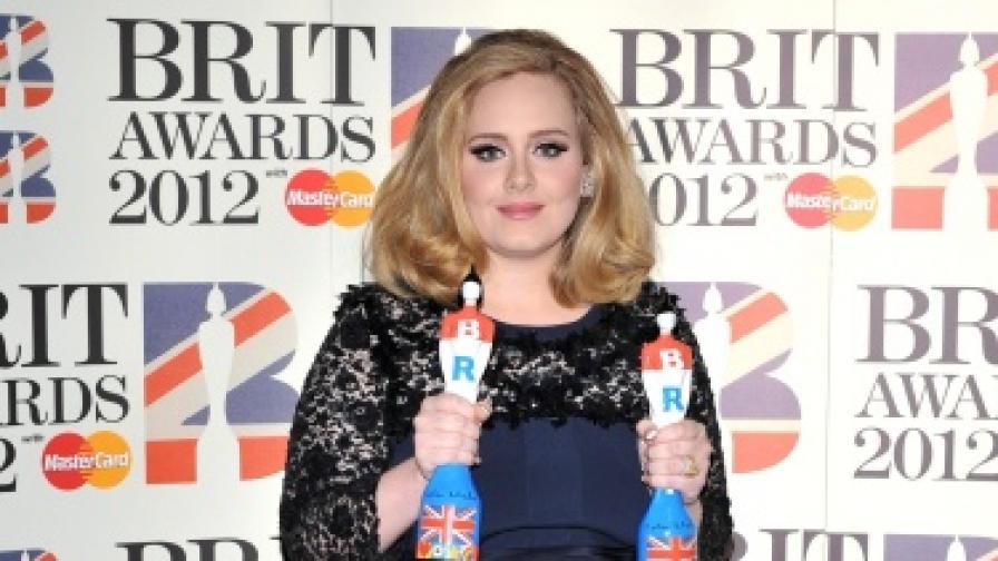 """Адел показа среден пръст по време на наградите """"Брит"""""""