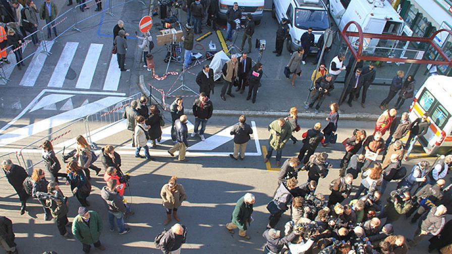 Журналисти и адвокати се тълпят пред импровизирания съд в Гросето