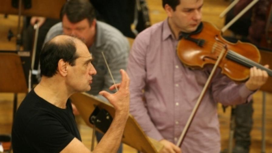 Диригентът маестро Емил Табаков и виолистът Александър Земцов на репетиция в Студио 1 на БНР