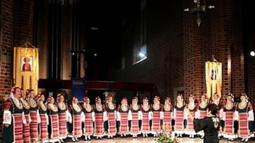 """Дамският хор """"Мистерията на българските гласове"""" с диригент Дора Христова"""