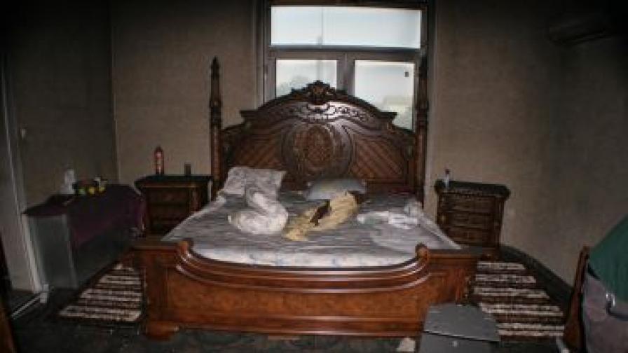 Една от къщите на Цар Киро, погледната отвътре след пожар в нощта на 24 срещу 25 септември 2011 г.