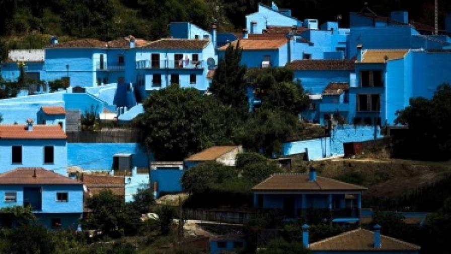 Селото на смърфовете залято от туристи