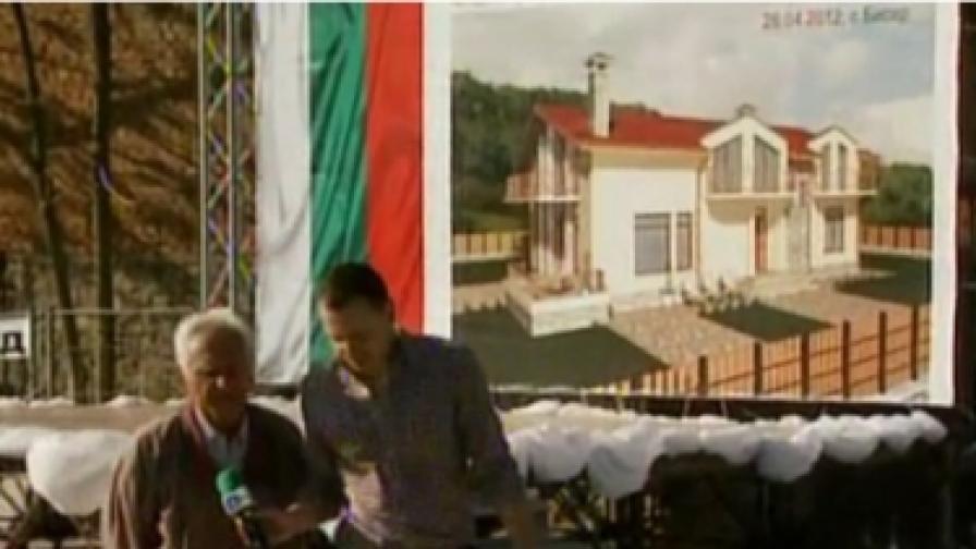 Бай Васил от Бисер с репортера на Би Ти Ви пред плакат, на който е изобразена бъдещата му нова къща
