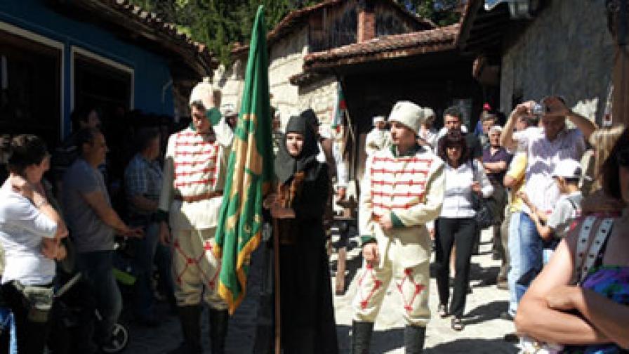 Над 10 хиляди души днес отбелязват 136 годишнината от Априлското въстание в града на първата пушка Копривщица. С възстановка отново беше разиграна драматичната история от началото на въстанието