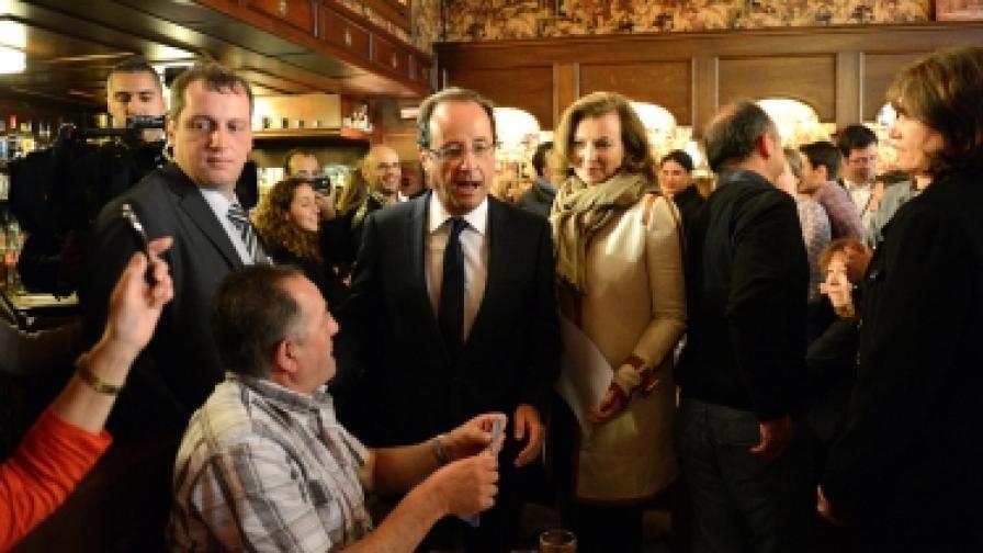 Фрнсоа Оланд и спътницата му в живота, журналистката Валери Трирвильор, влязоха в парижки квартален ресторант, след като гласуваха днес