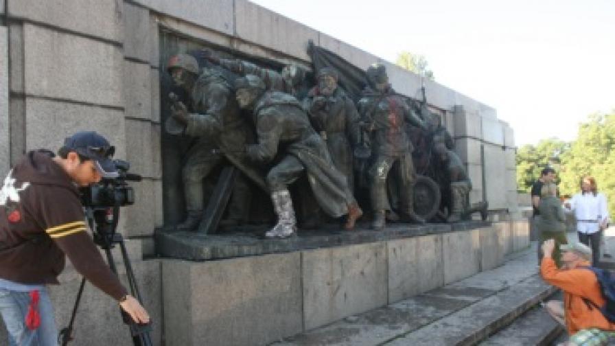 Паметникът на съветската армия отново оцветен