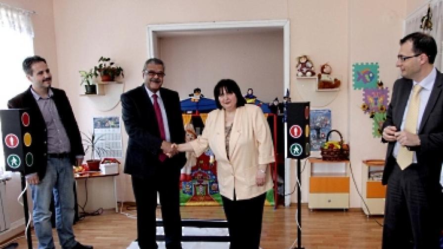 Бензиностанции ЕКО подаряват светофарни уредби на детски градини