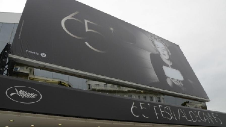 На фасадата на Фестивалния дворец е огромният портрет на Мерилин Монро, официален афиш тази година на феста в Кан, където тя никога не е идвала