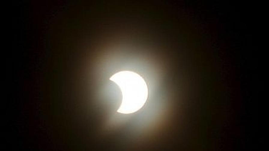 Рядко слънчево затъмнение ще наблюдава светът