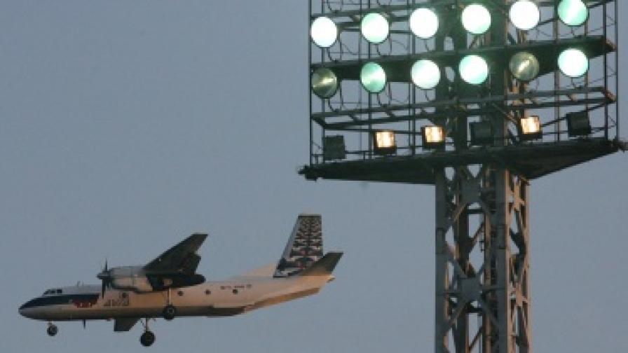 Самолет кацна аварийно в София заради съмнения за пожар