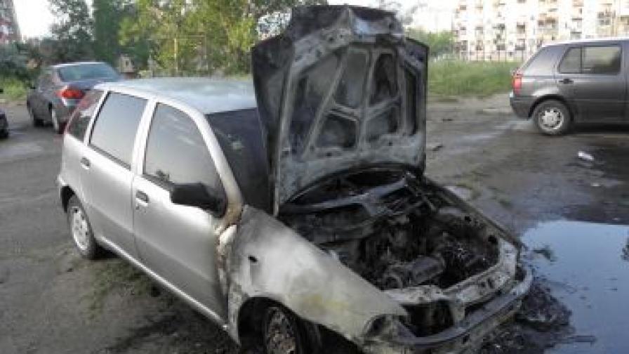 Лек автомобил изгоря тази нощ в Благоевград