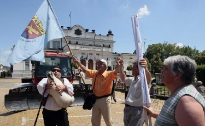 2 хил. души на протест с ратрак и минерална вода