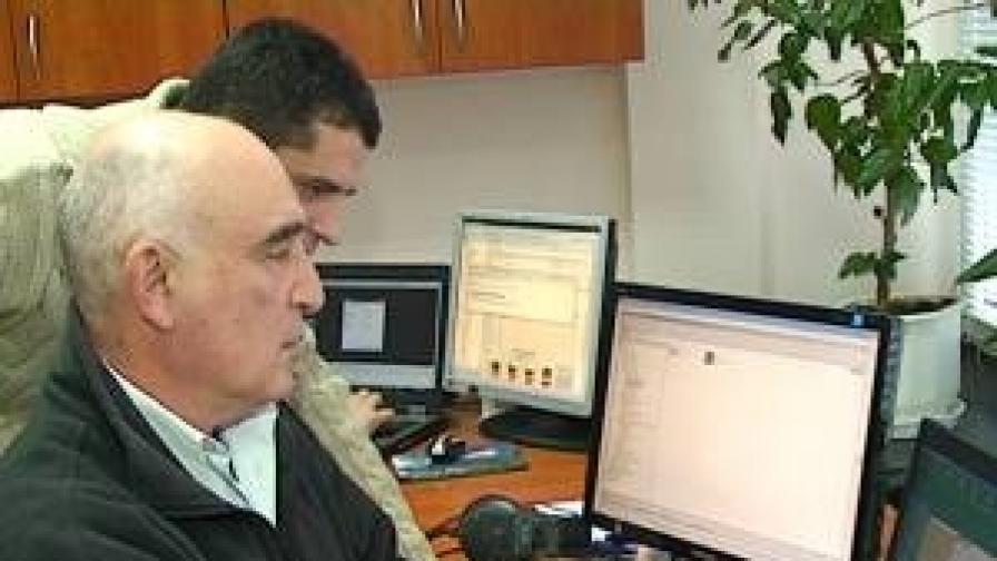 Проф. Ованес Мекенян в лабораторията си в Бургас
