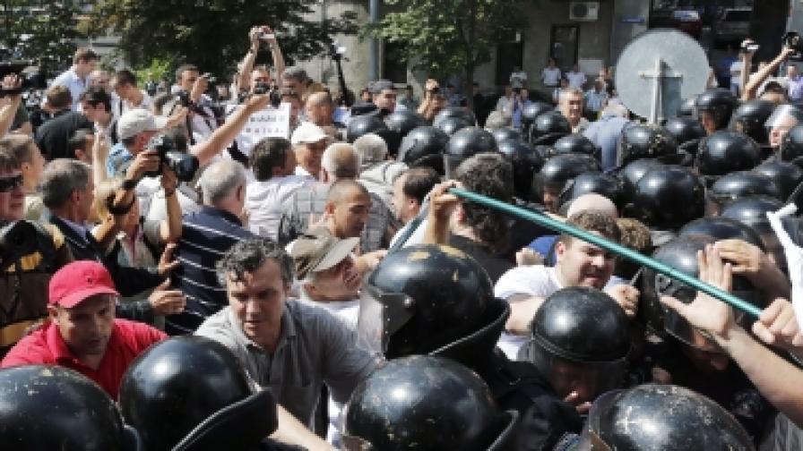 Близо 1000 протестиращи срещу решение на украинския парламент за руския език влязоха в сблъсък със същия брой полицаи в Киев