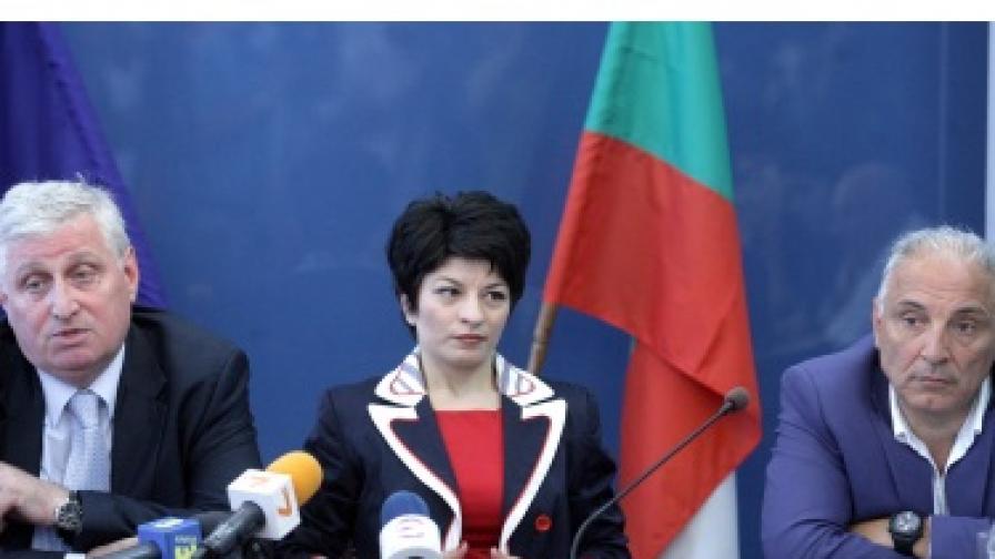 Здравният министър Десислава Атанасова и представителите на синдикатите и работодателите в сектора
