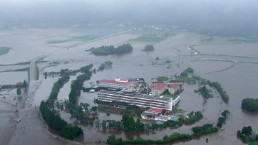 Десетки загинали и хиляди евакуирани заради наводнения в Япония