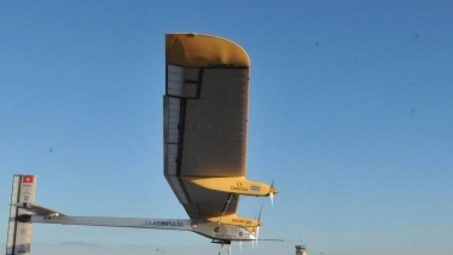 Успех за самолета на слънчеви батерии