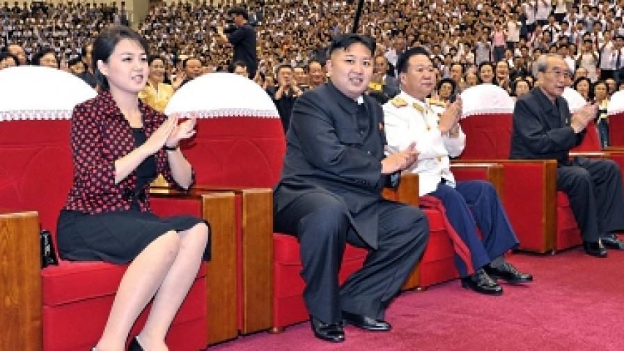 """Новата г-жа Ким заслепи гладна КНДР с чанта """"Диор"""""""