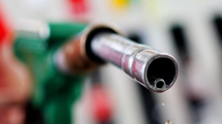 Бензинът мина границата от 3 лв.