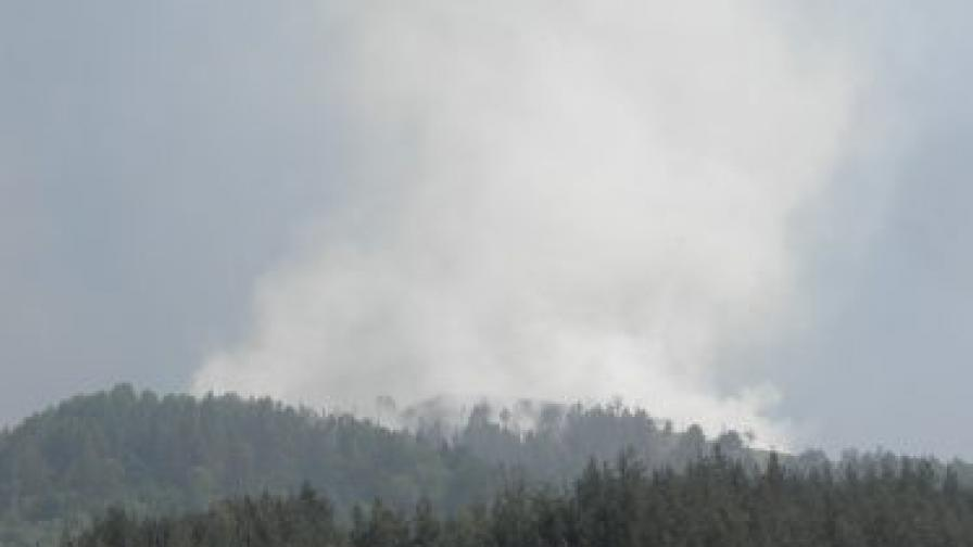 Пожарът над Рилски манастир в Рила планина, избухнал вчера след обяд, се разраства