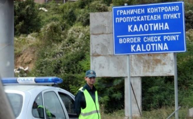 Задържаха четирима полицаи за участие в трафик на бежанци