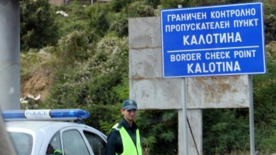 Задържаха четирима полицаи за трафик на бежанци