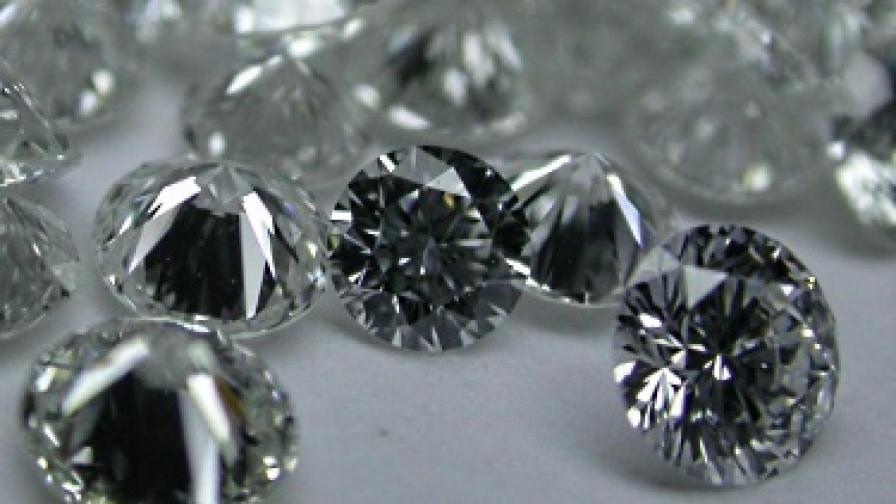 Учени пресъздадоха дъжда от диаманти на Нептун с лазери