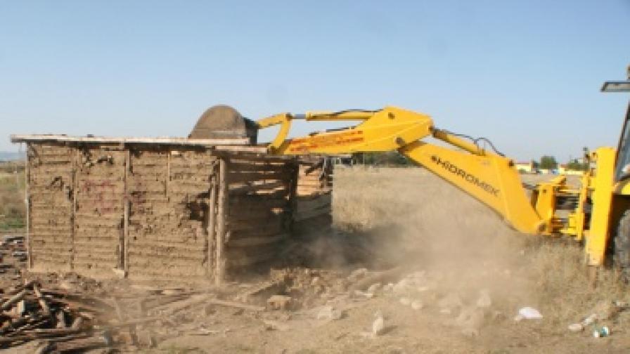 Събарят незаконни ромски постройки в Мъглиж