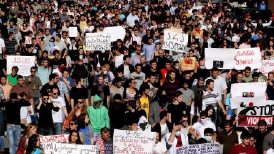 Революция на метлите в Грузия иска да измете Саакашвили от власт