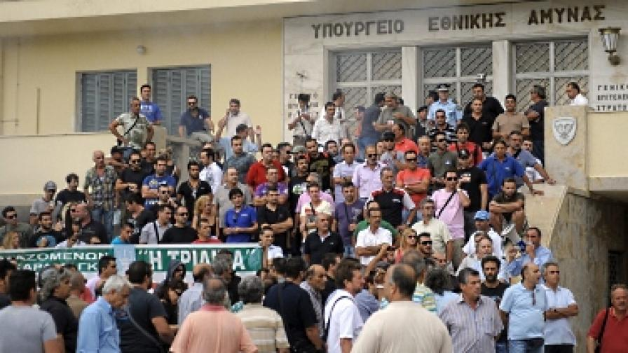 Сблъсъци и ранени в гръцкото Министерство на отбраната
