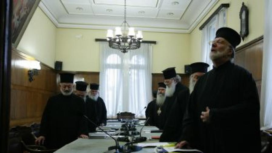 Присъстващите осем членове на Синода разглеждат и възраженията на някои от тях за избирането на митрополит Кирил Варненски