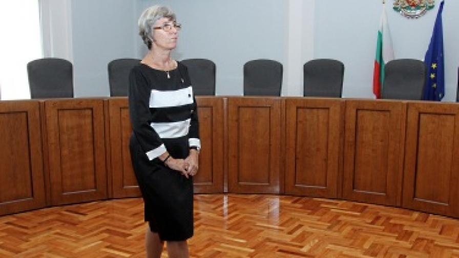 Венета Марковска след церемонията в Конституционния съд, на която тя не успя да положи клетва
