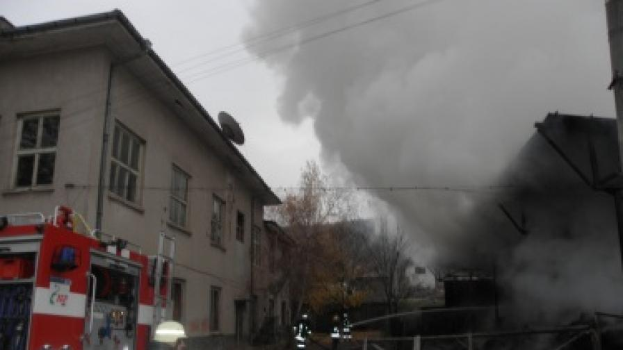 Огнеборците успяха да спрат пожара в сеновала да не обхване съседните две къщи
