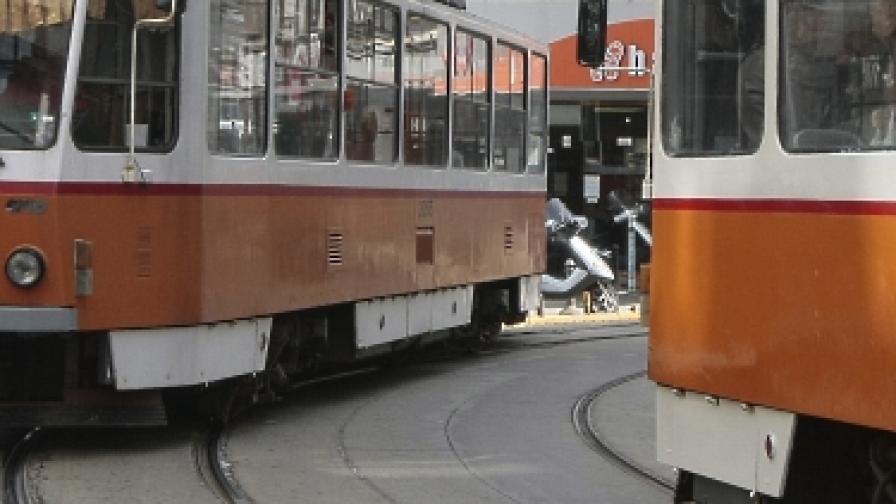 Тежка катастрофа на трамвай и лек автомобил до НДК