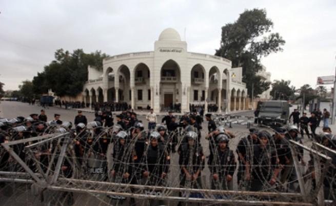 Египет: Протестират срещу Морси, той бяга от двореца