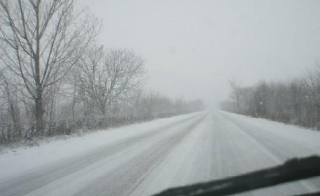Сръбската граница е затворена за тирове заради снега