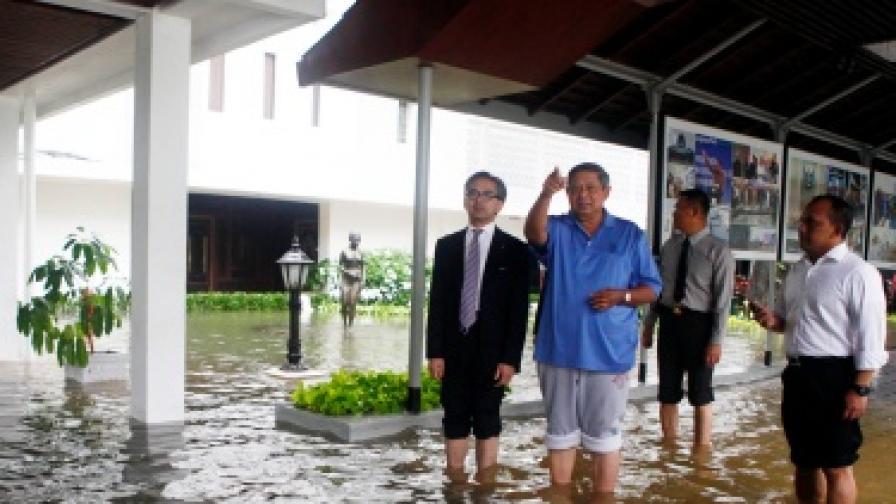 Половината столица на Индонезия е под вода