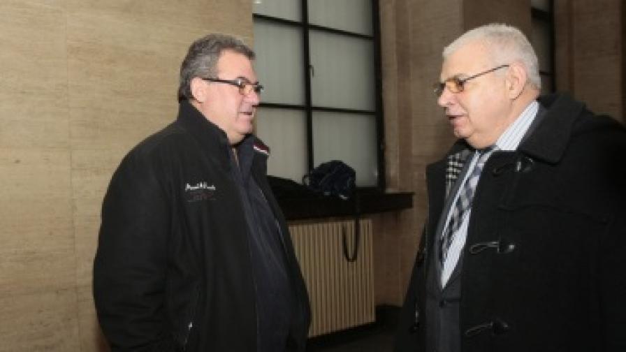 Богомил Бонев разговаря с бившия вътрешен министър Виктор Михайлов в сградата на съда