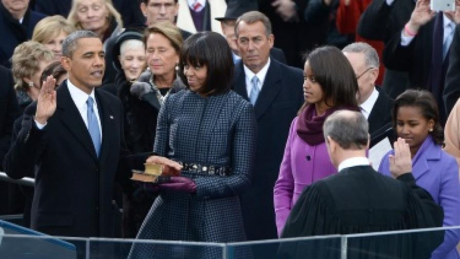 До президента беше първата дама Мишел, тя държеше библиите. Там бяха и дъщерите им Малиа и Саша