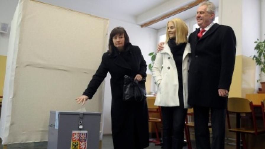 Новият президент на Чехия Милош Земан със съпругата си Ивона (л) и 18-годишната си дъщеря Катежина, която ще бъде първа дама