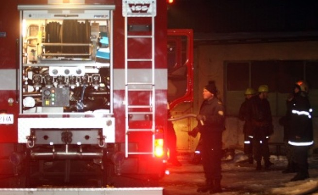 Пребиха охранител и запалиха заведението, което пази