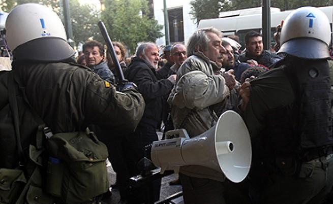 Демонстранти нахлуха в гръцкото министерство на труда