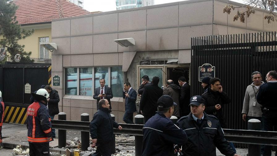 Турция издирва още трима атентатори самоубийци