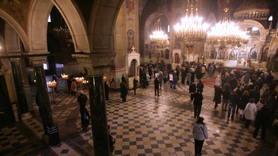 Българите смятат луксозния живот на духовниците за проблем пред църквата
